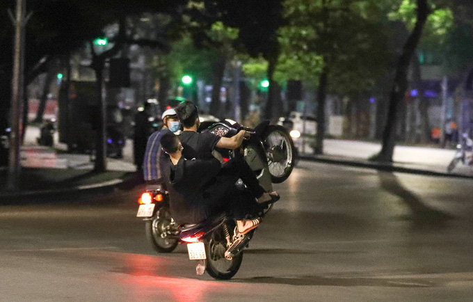 14 đối tượng bốc đầu, đua xe máy ở Hà Nội bị phạt tù - Ảnh 1.
