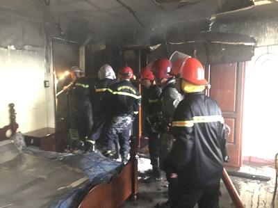 TPHCM: Giải cứu 7 người trong căn nhà bốc cháy  - Ảnh 2.
