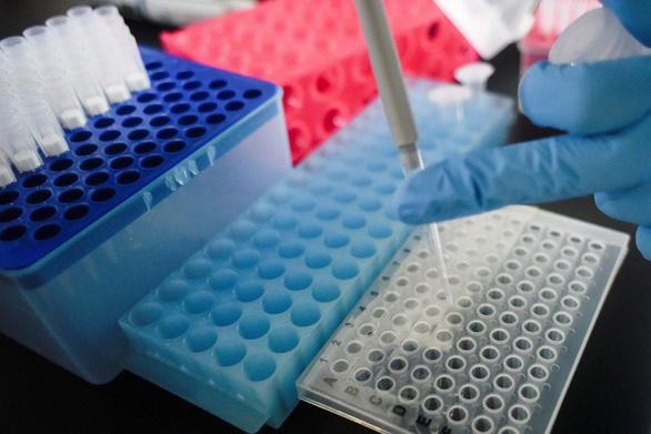 Trung Quốc tuyên bố sẽ ra vaccine Covid-19 cuối năm nay - Ảnh 1.