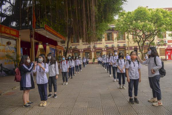 Học sinh Hà Nội háo hức trở lại trường sau kỳ nghỉ do dịch bệnh Covid-19 - Ảnh 2.