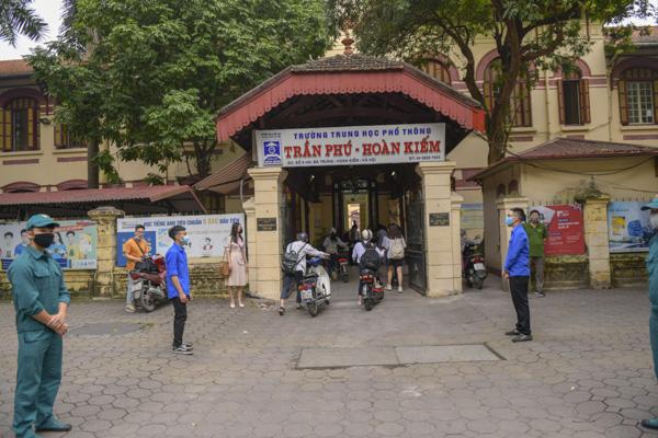 Học sinh Hà Nội háo hức trở lại trường sau kỳ nghỉ do dịch bệnh Covid-19 - Ảnh 1.