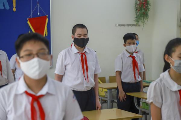Học sinh Hà Nội háo hức trở lại trường sau kỳ nghỉ do dịch bệnh Covid-19 - Ảnh 7.