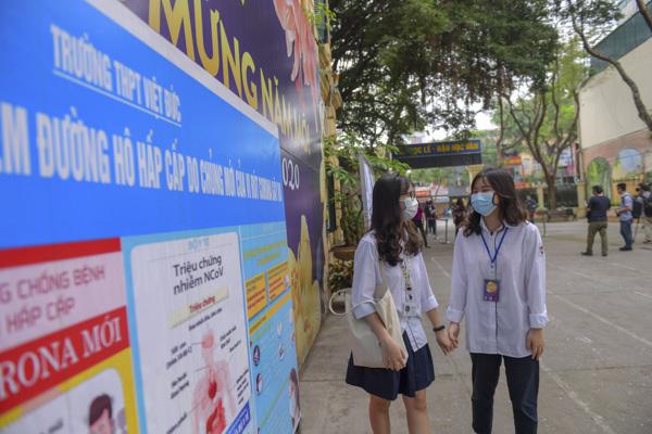 Học sinh Hà Nội háo hức trở lại trường sau kỳ nghỉ do dịch bệnh Covid-19 - Ảnh 4.