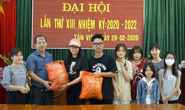 Bốn học sinh trao khẩu trang và lương thực tại Hưng Yên - Ảnh 1.