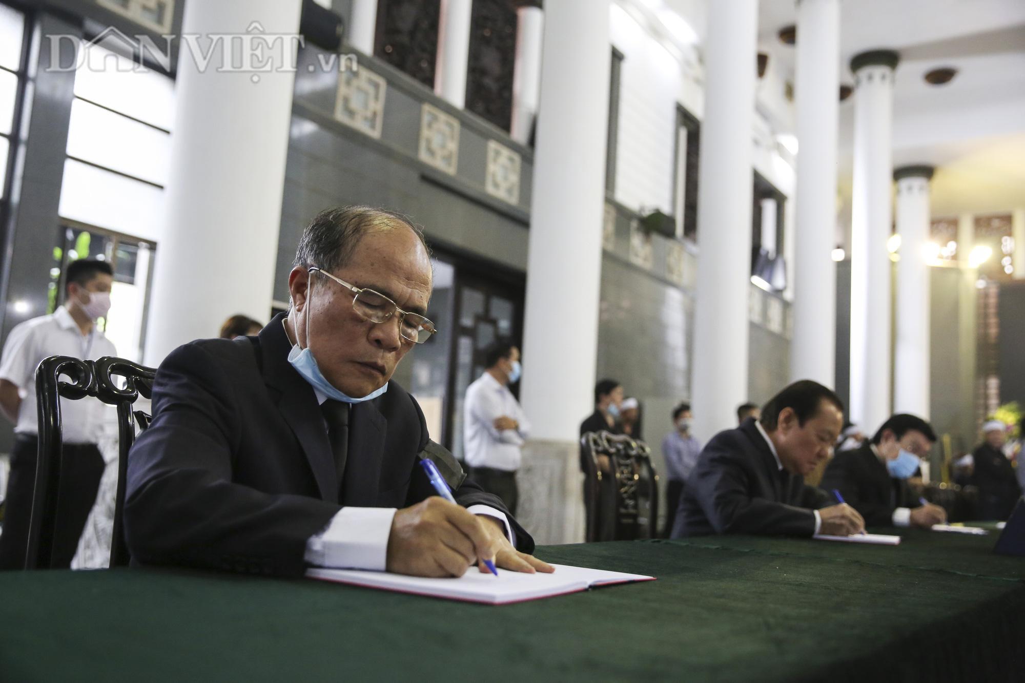 Thủ tướng đến viếng, tiễn đưa đồng chí Nguyễn Đình Hương - Ảnh 13.