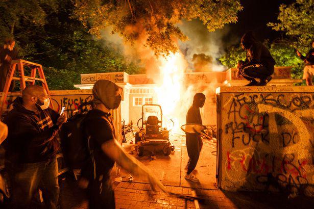 Ảnh biểu tình George Floyd: Nước Mỹ lại bùng cháy - Ảnh 1.
