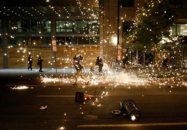 Ảnh biểu tình George Floyd: Nước Mỹ lại bùng cháy - Ảnh 3.