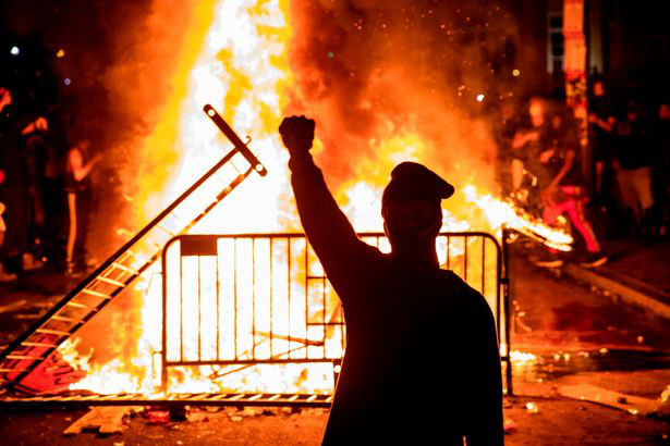 Ảnh biểu tình George Floyd: Nước Mỹ lại bùng cháy - Ảnh 4.