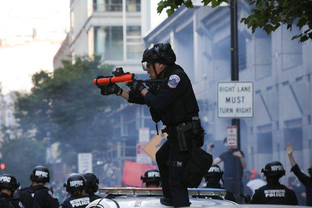 Ảnh biểu tình George Floyd: Nước Mỹ lại bùng cháy - Ảnh 7.