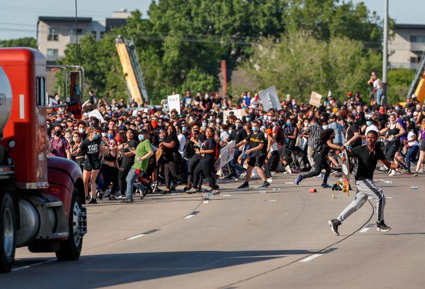 Ảnh biểu tình George Floyd: Nước Mỹ lại bùng cháy - Ảnh 8.