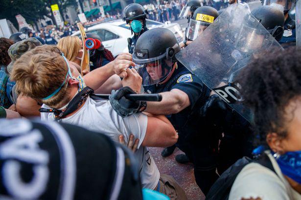 Ảnh biểu tình George Floyd: Nước Mỹ lại bùng cháy - Ảnh 9.
