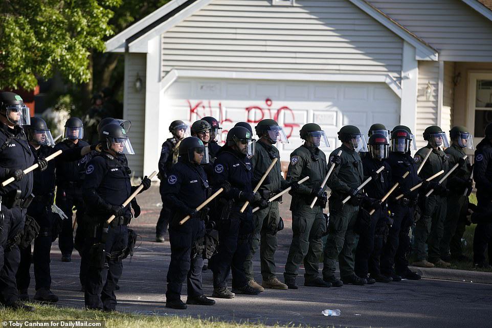 Bạo loạn ở thành phố Mỹ: Ông Trump nổi giận - Ảnh 5.