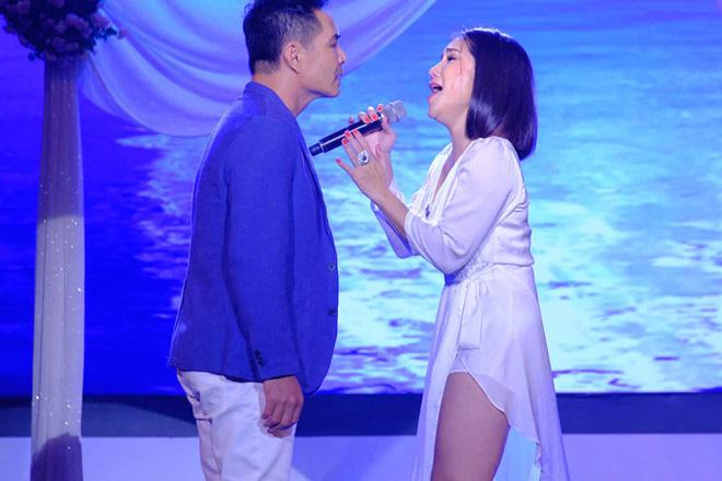"""Trung Dũng bất ngờ hôn MC Cát Tường trong khi hát khiến khán giả """"đứng hình"""" - Ảnh 2."""