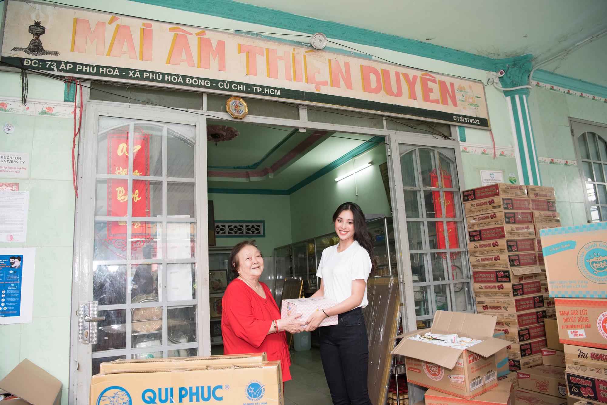 Lương Thuỳ Linh, Trần Tiểu Vy mặc giản dị xinh đẹp tặng quà cho trẻ em mồ côi ngày Quốc tế Thiếu nhi - Ảnh 10.