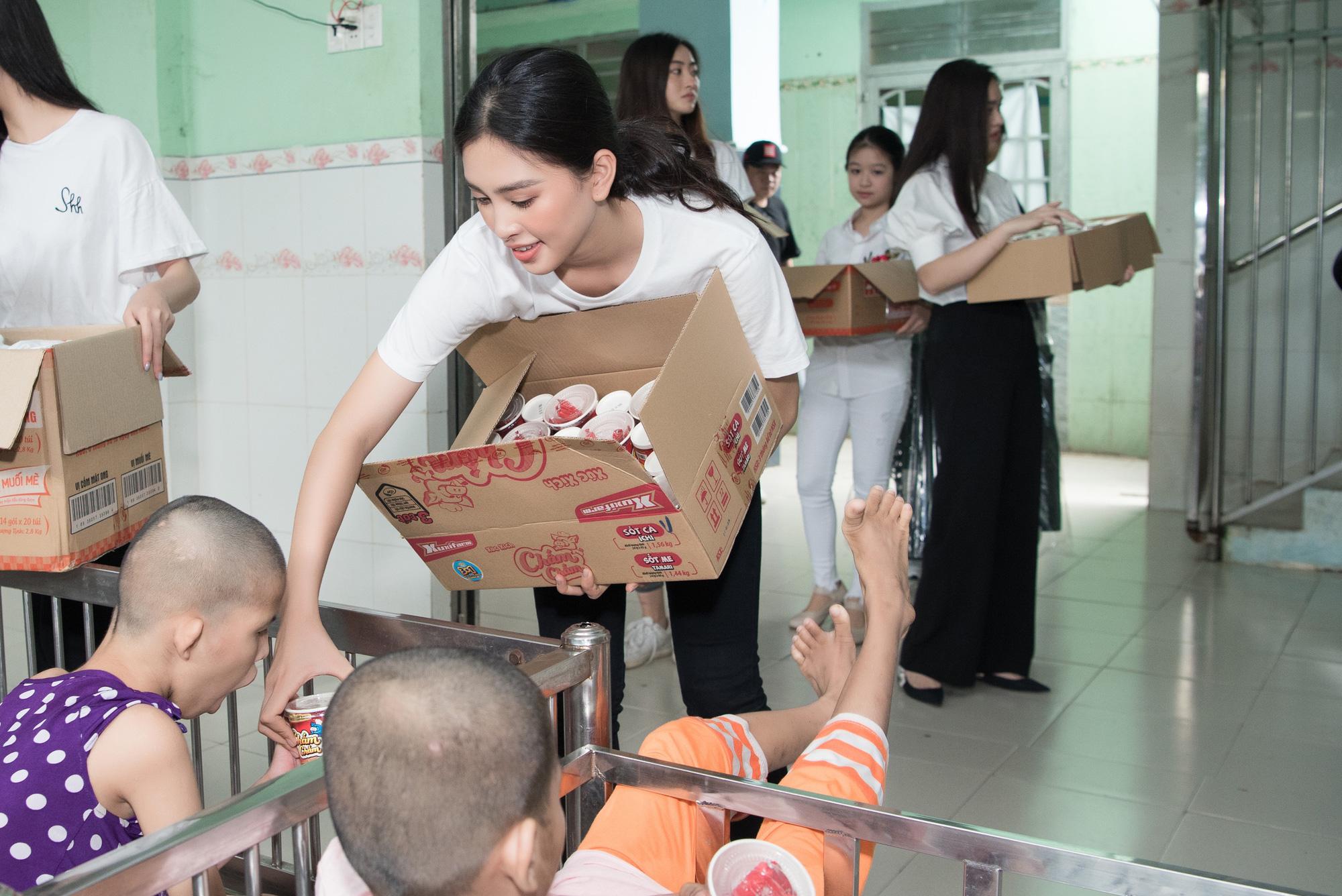 Lương Thuỳ Linh, Trần Tiểu Vy mặc giản dị xinh đẹp tặng quà cho trẻ em mồ côi ngày Quốc tế Thiếu nhi - Ảnh 7.