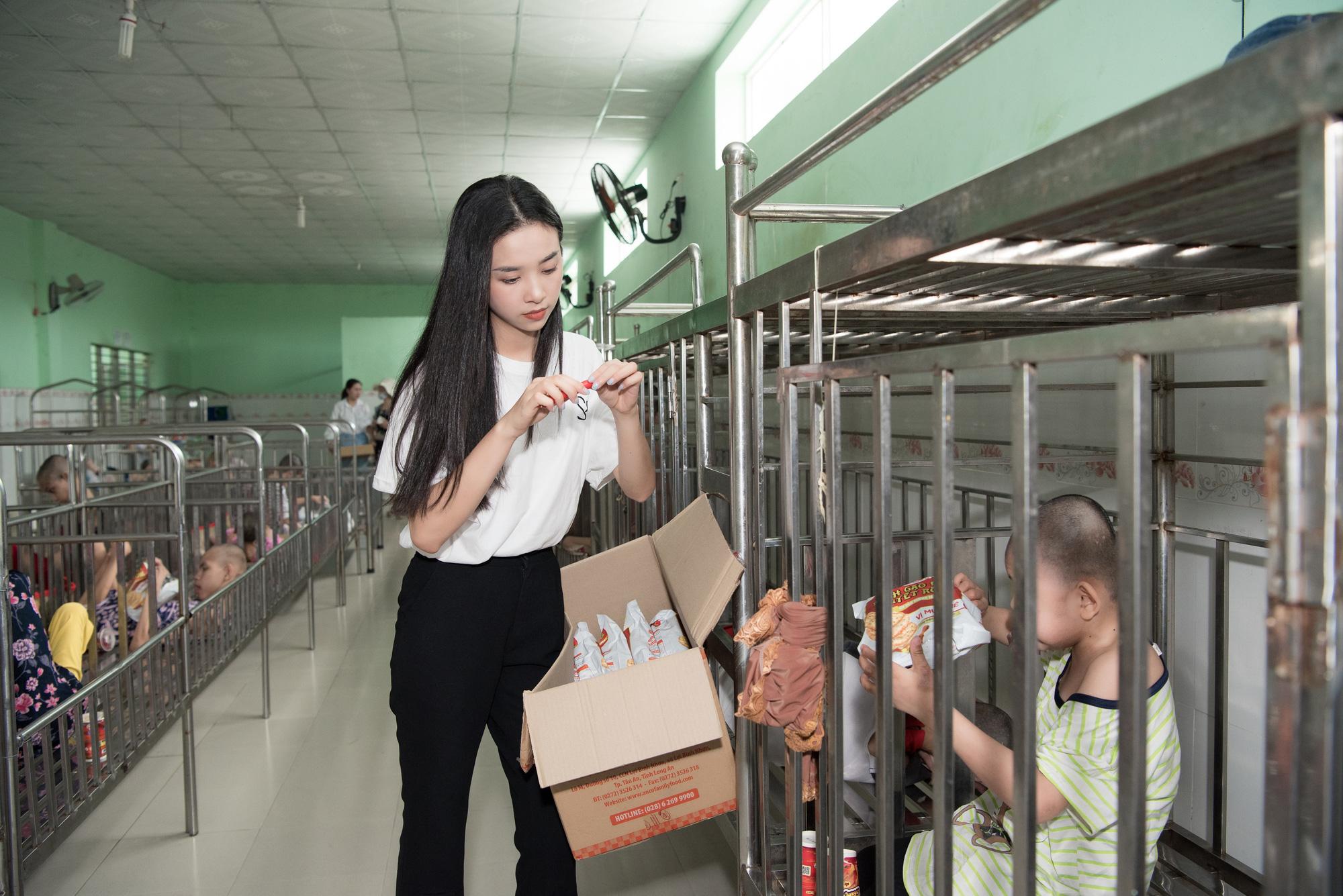 Lương Thuỳ Linh, Trần Tiểu Vy mặc giản dị xinh đẹp tặng quà cho trẻ em mồ côi ngày Quốc tế Thiếu nhi - Ảnh 5.