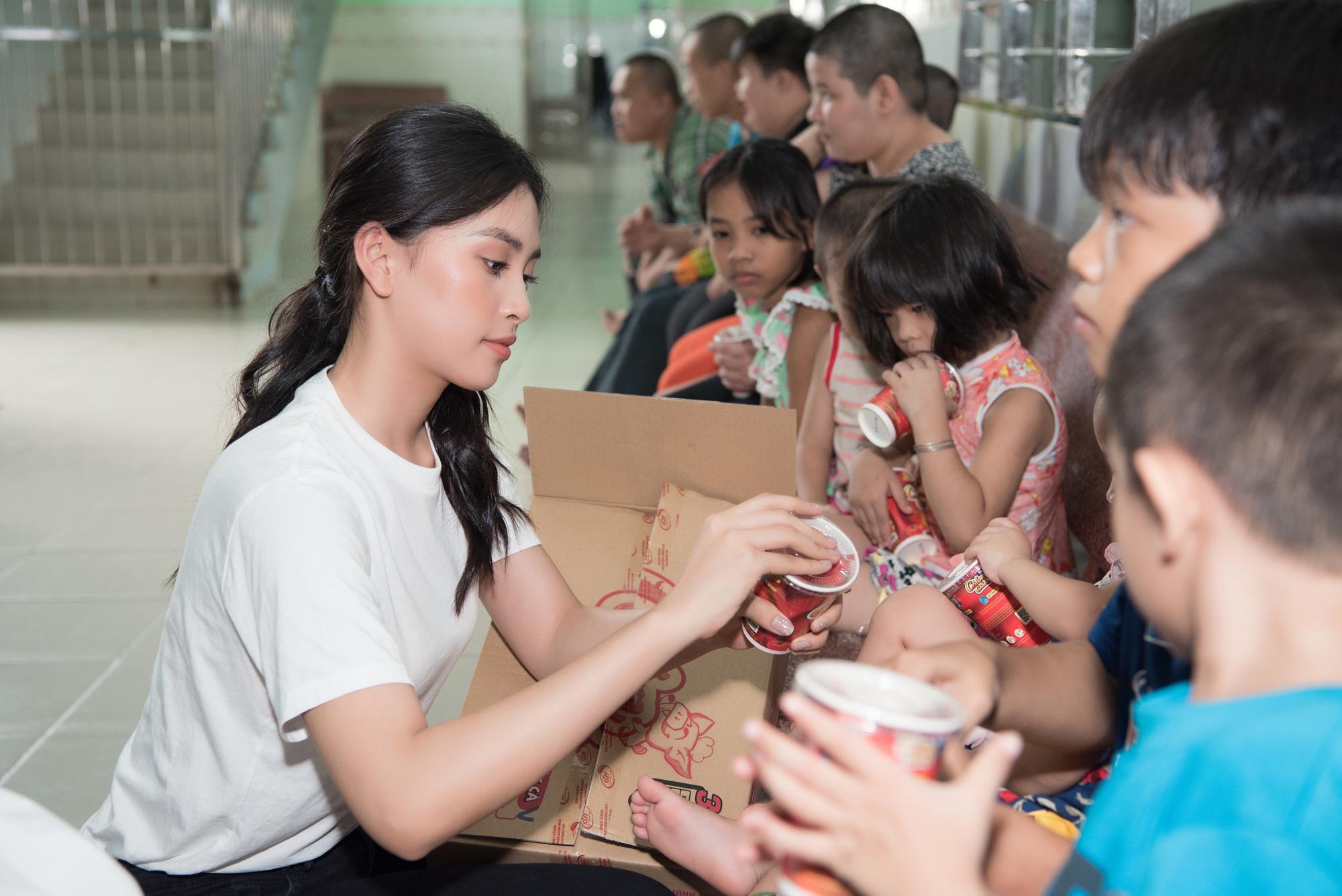 Lương Thuỳ Linh, Trần Tiểu Vy mặc giản dị xinh đẹp tặng quà cho trẻ em mồ côi ngày Quốc tế Thiếu nhi - Ảnh 4.