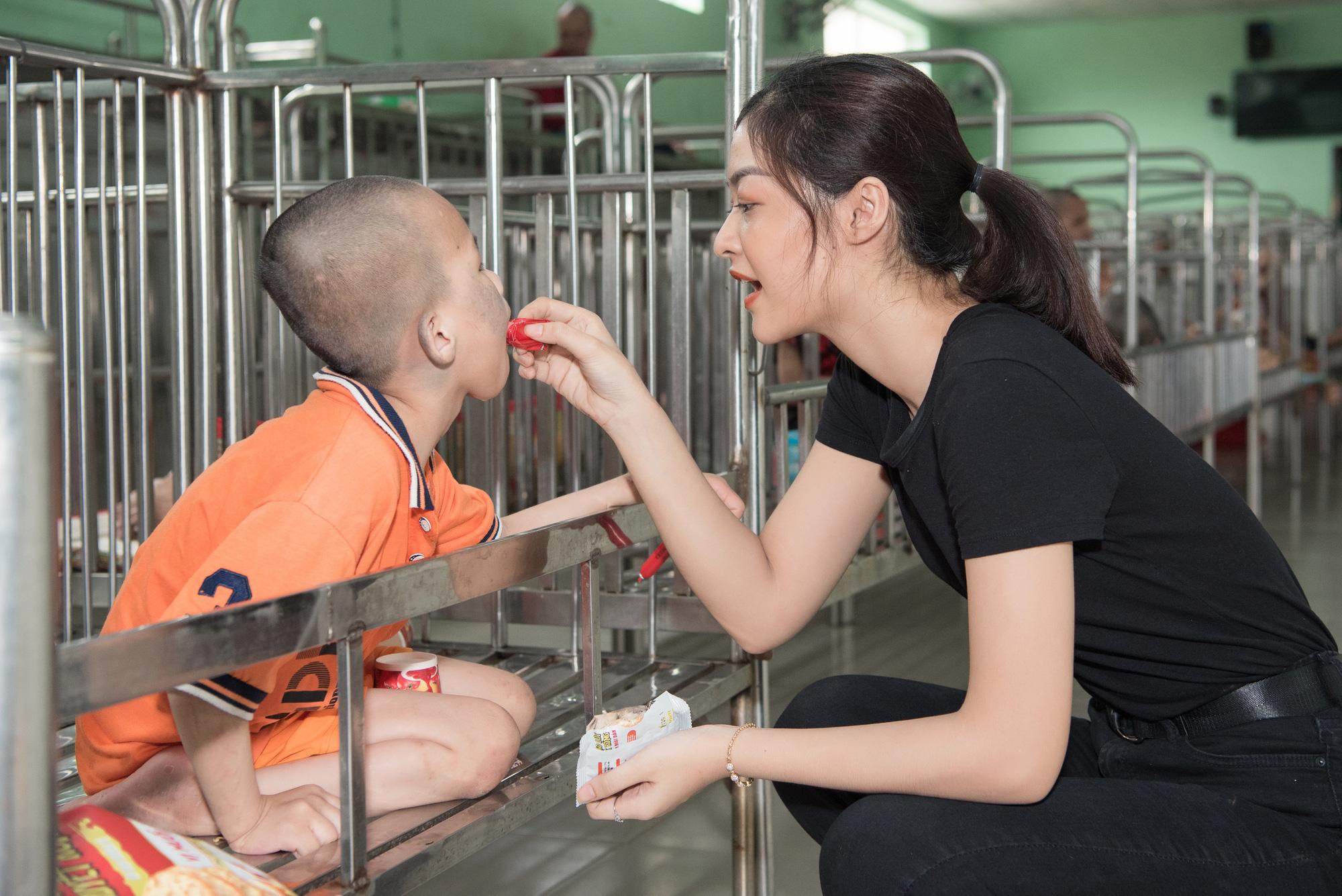 Lương Thuỳ Linh, Trần Tiểu Vy mặc giản dị xinh đẹp tặng quà cho trẻ em mồ côi ngày Quốc tế Thiếu nhi - Ảnh 6.