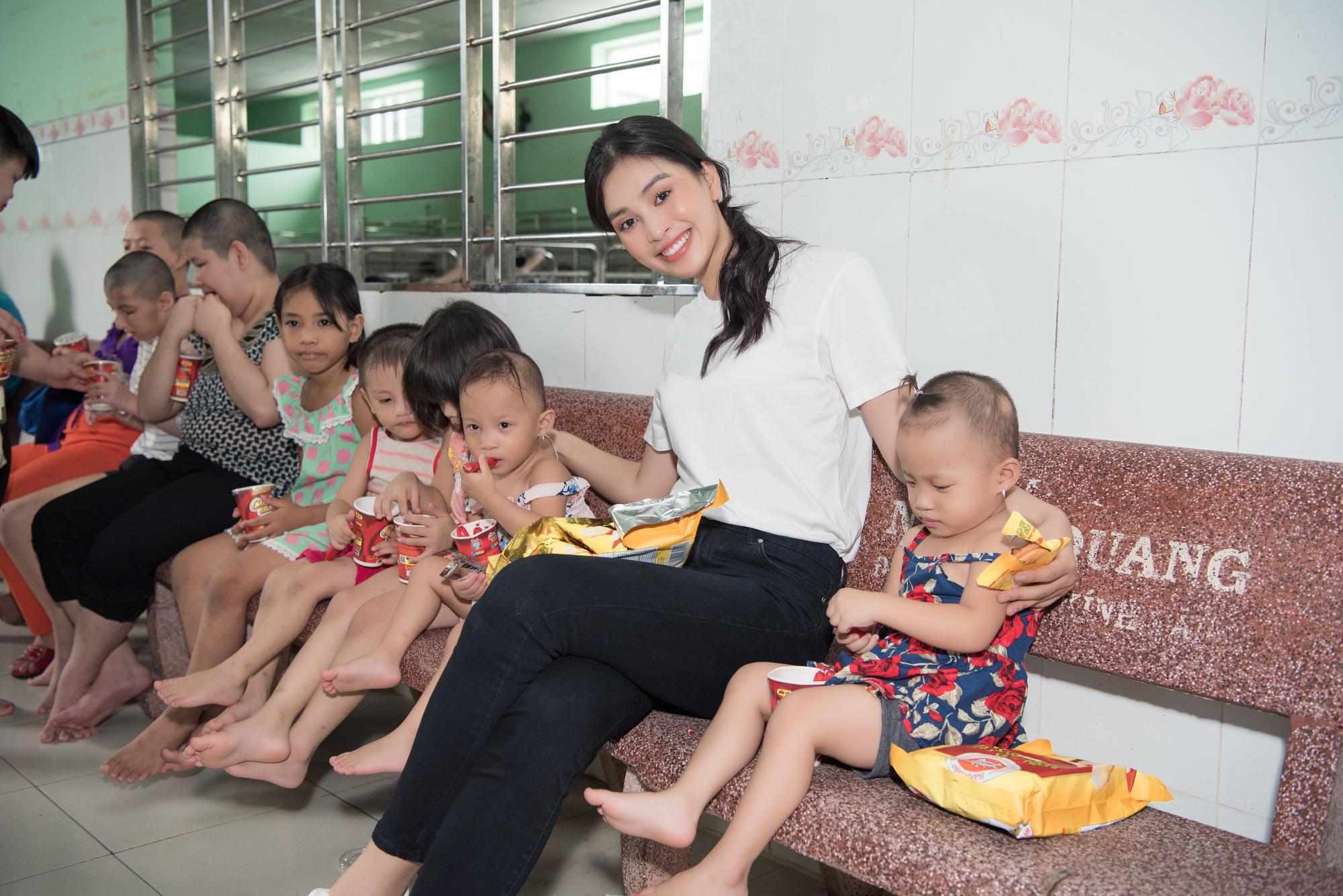 Lương Thuỳ Linh, Trần Tiểu Vy mặc giản dị xinh đẹp tặng quà cho trẻ em mồ côi ngày Quốc tế Thiếu nhi - Ảnh 1.
