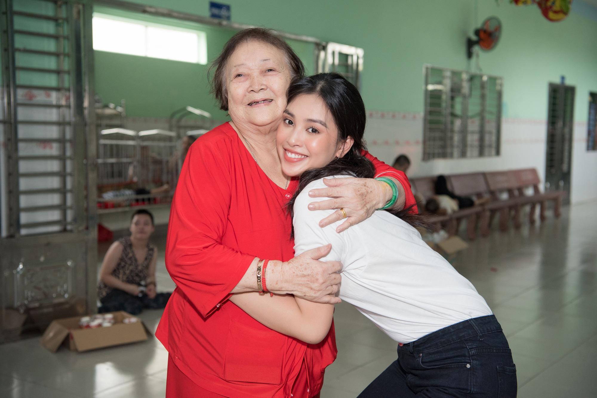 Lương Thuỳ Linh, Trần Tiểu Vy mặc giản dị xinh đẹp tặng quà cho trẻ em mồ côi ngày Quốc tế Thiếu nhi - Ảnh 9.