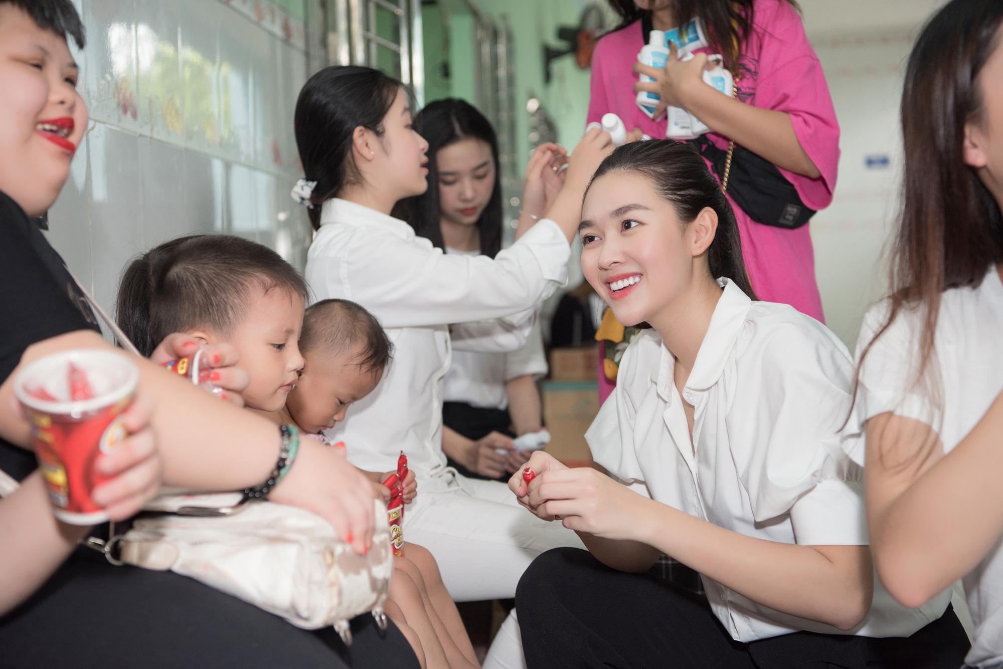 Lương Thuỳ Linh, Trần Tiểu Vy mặc giản dị xinh đẹp tặng quà cho trẻ em mồ côi ngày Quốc tế Thiếu nhi - Ảnh 8.