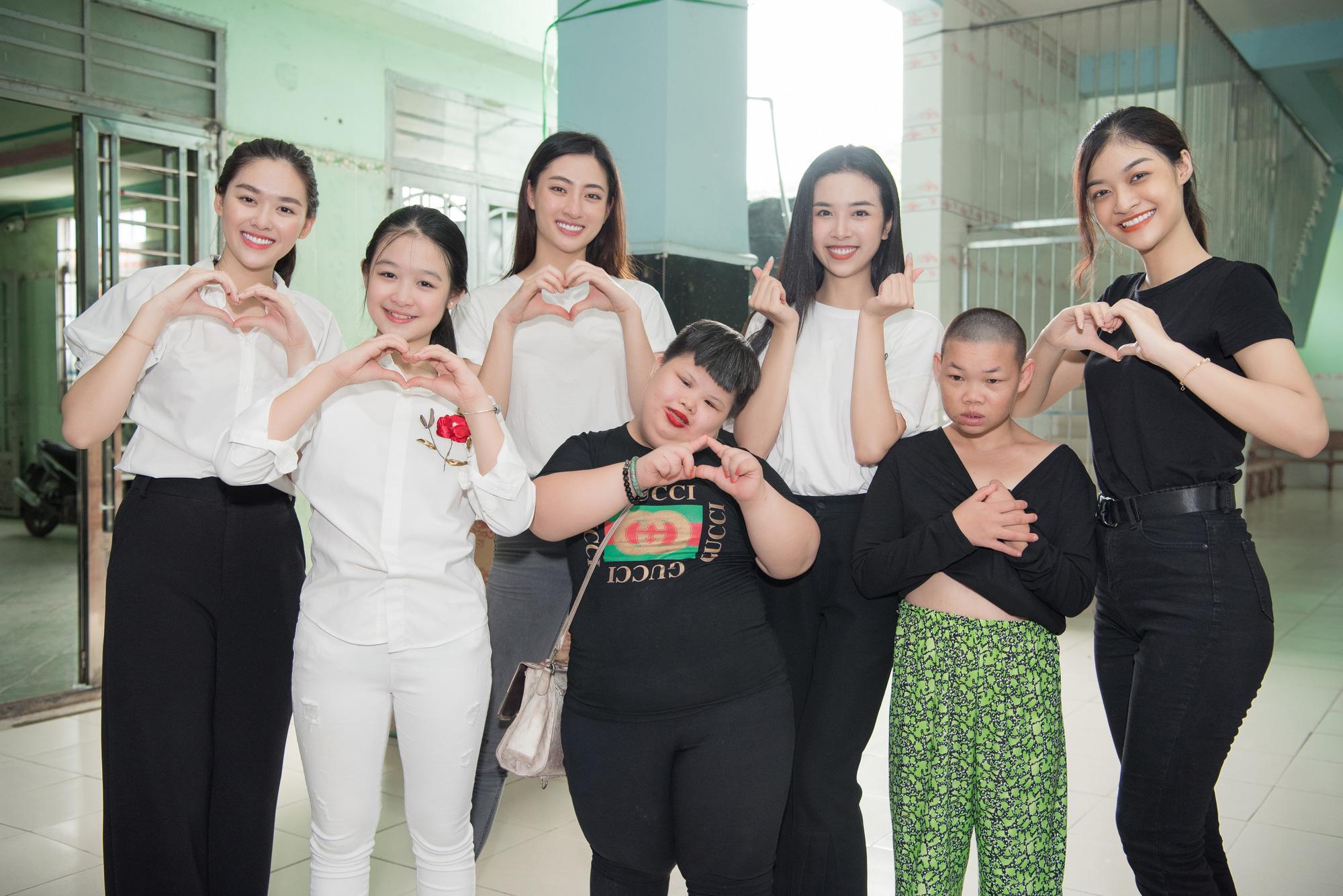 Lương Thuỳ Linh, Trần Tiểu Vy mặc giản dị xinh đẹp tặng quà cho trẻ em mồ côi ngày Quốc tế Thiếu nhi - Ảnh 11.