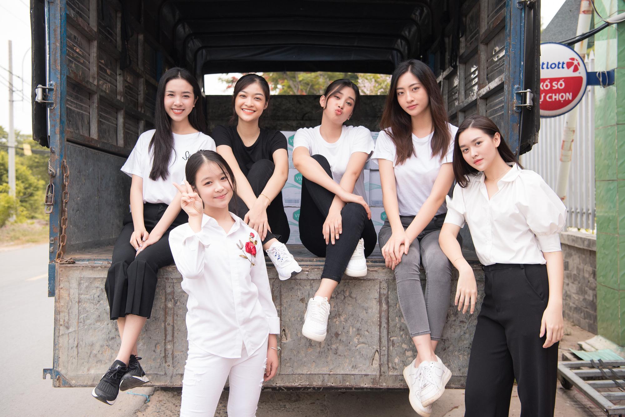 Lương Thuỳ Linh, Trần Tiểu Vy mặc giản dị xinh đẹp tặng quà cho trẻ em mồ côi ngày Quốc tế Thiếu nhi - Ảnh 2.