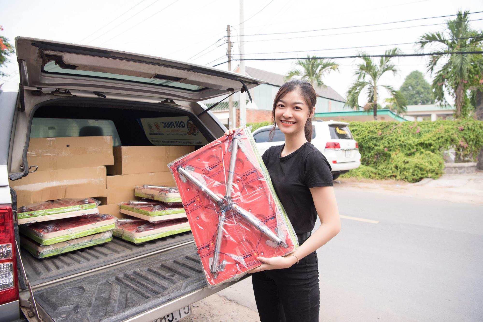 Lương Thuỳ Linh, Trần Tiểu Vy mặc giản dị xinh đẹp tặng quà cho trẻ em mồ côi ngày Quốc tế Thiếu nhi - Ảnh 3.