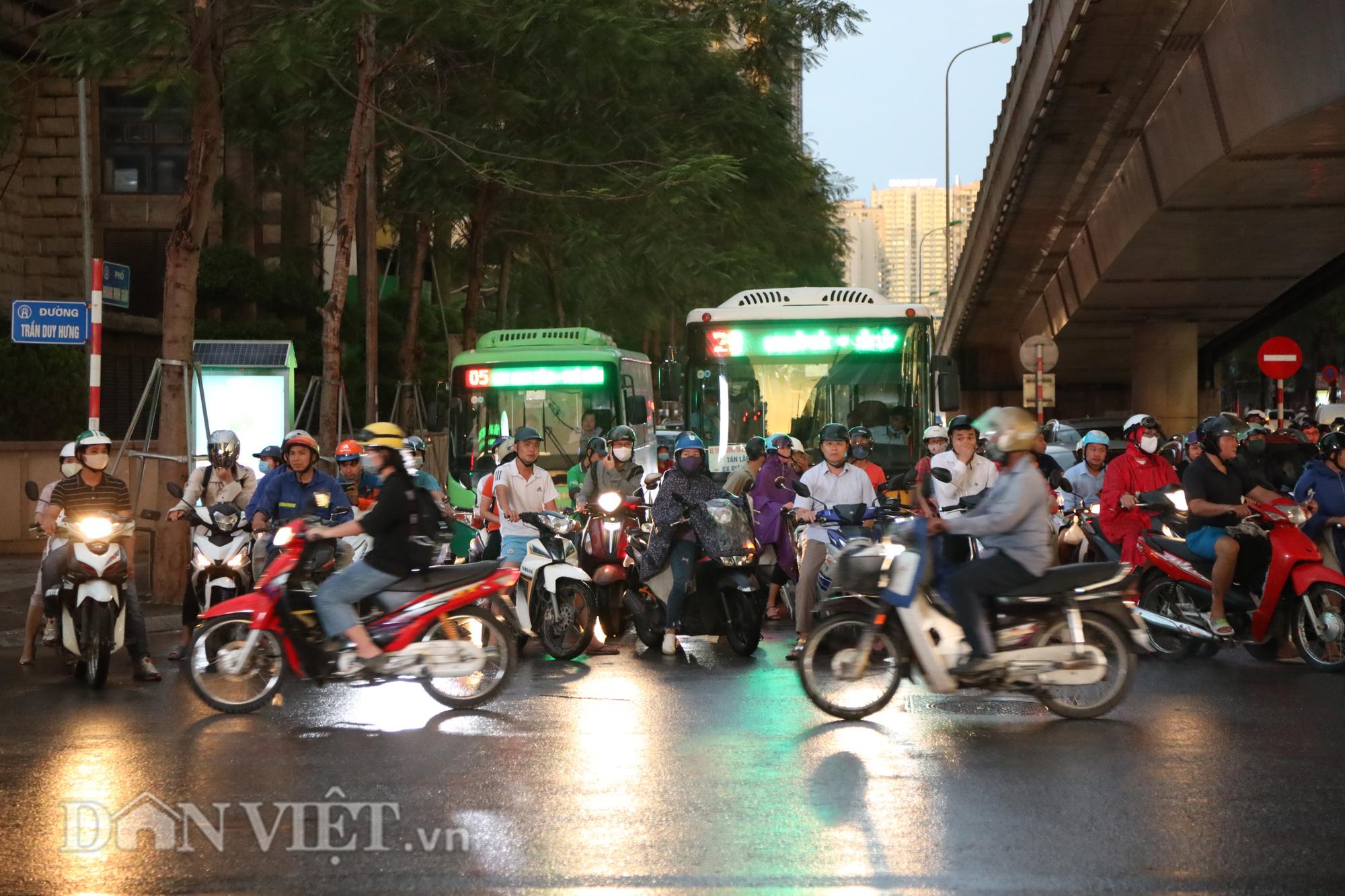 Hà Nội giảm 10 độ sau cơn mưa vàng - Ảnh 11.