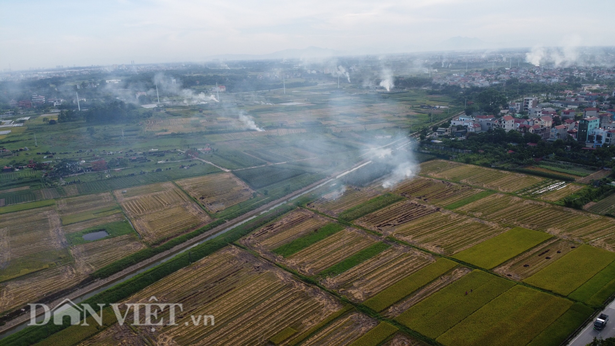 Khói trắng mù mịt bủa vây khu dân cư do người dân đốt rơm rạ - Ảnh 11.