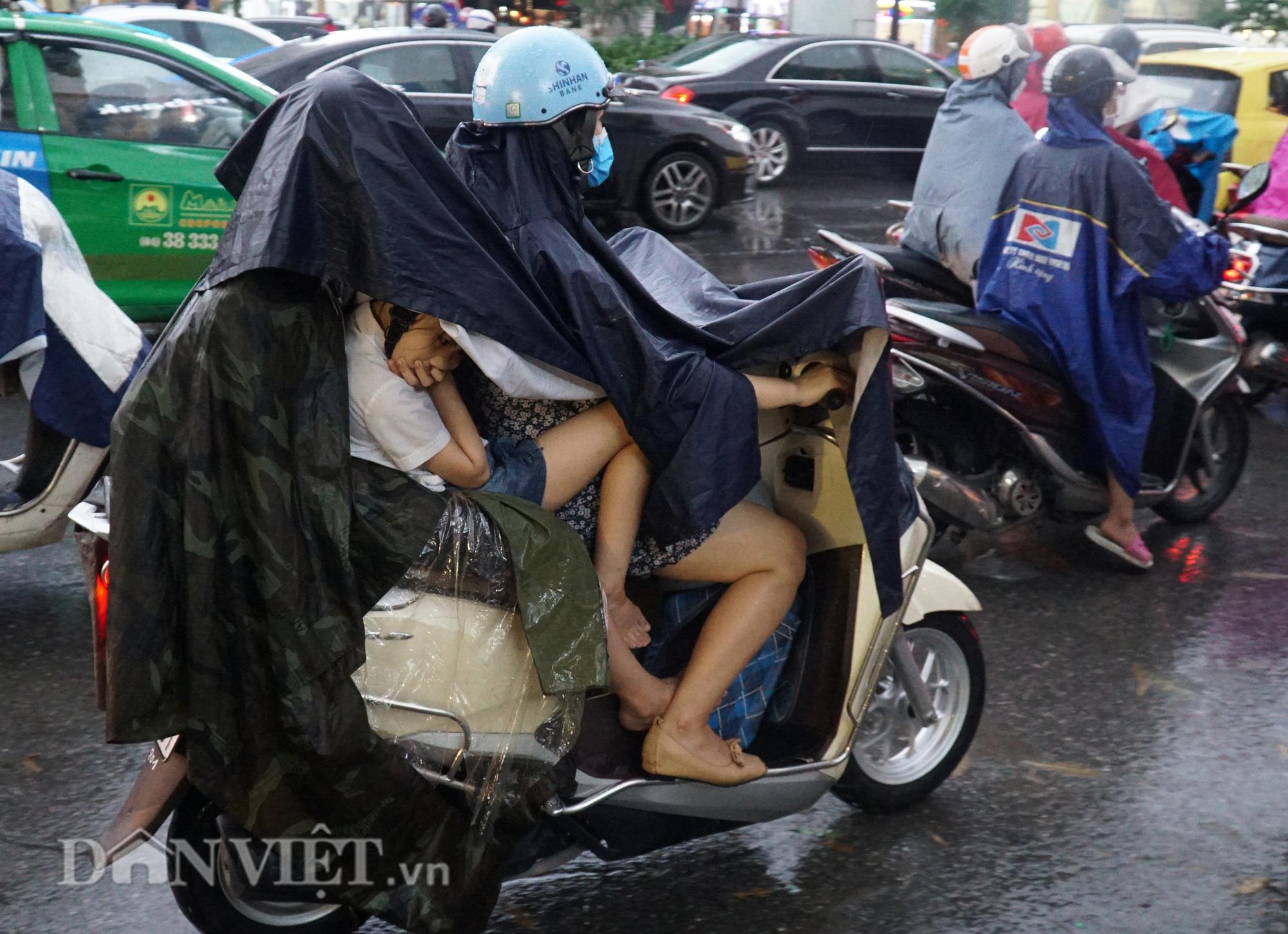 Hà Nội giảm 10 độ sau cơn mưa vàng - Ảnh 6.
