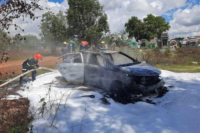 Ôtô cháy rụi trong nghĩa trang - Ảnh 1.