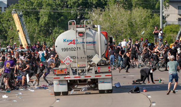 Xe bồn chở dầu ở Minneapolis cày qua người biểu tình trên đường cao tốc trong những cảnh kinh hoàng  - Ảnh 2.