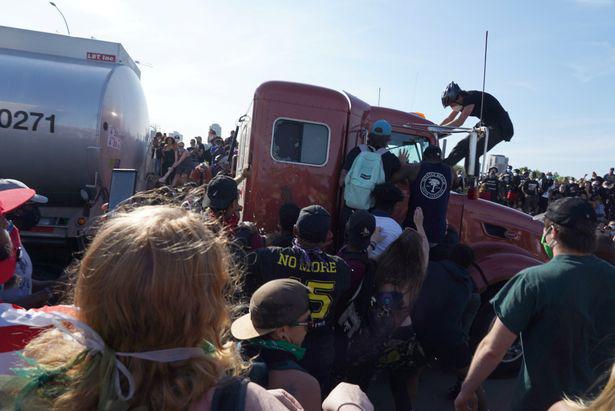 Xe bồn chở dầu ở Minneapolis cày qua người biểu tình trên đường cao tốc trong những cảnh kinh hoàng  - Ảnh 3.