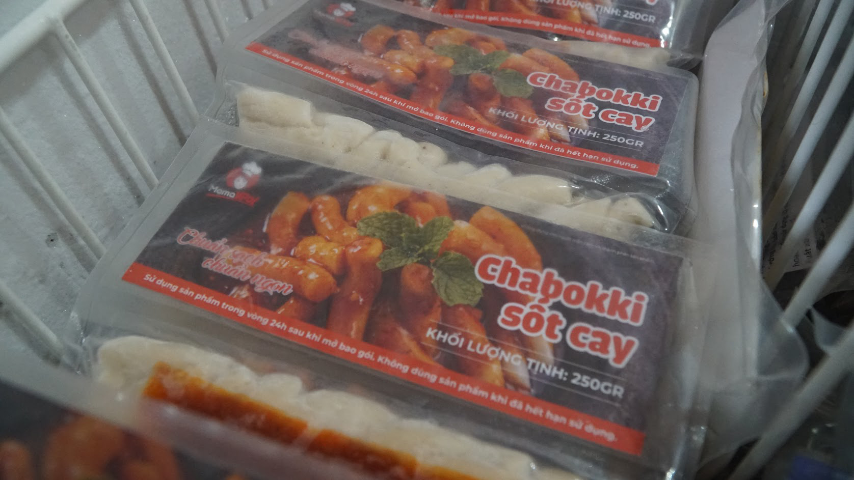 Thưởng thức bim bim siêu giòn, bánh gạo cay siêu cay làm từ... cá tra - Ảnh 3.