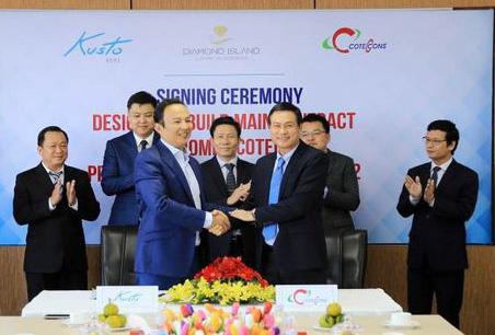 Ông Murat Utemisov CEO Kusto Home (trái) và ông Nguyễn Bá Dương Tổng giám đốc Coteccons (phải) ký hợp đồng năm 2015
