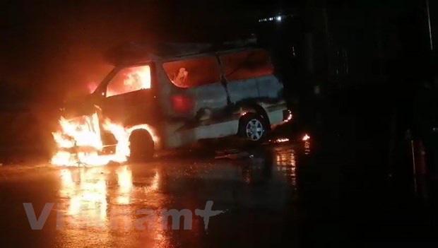 Đâm vào dải phân cách, xe cấp cứu bốc cháy dữ dội, 7 người bị thương - Ảnh 1.