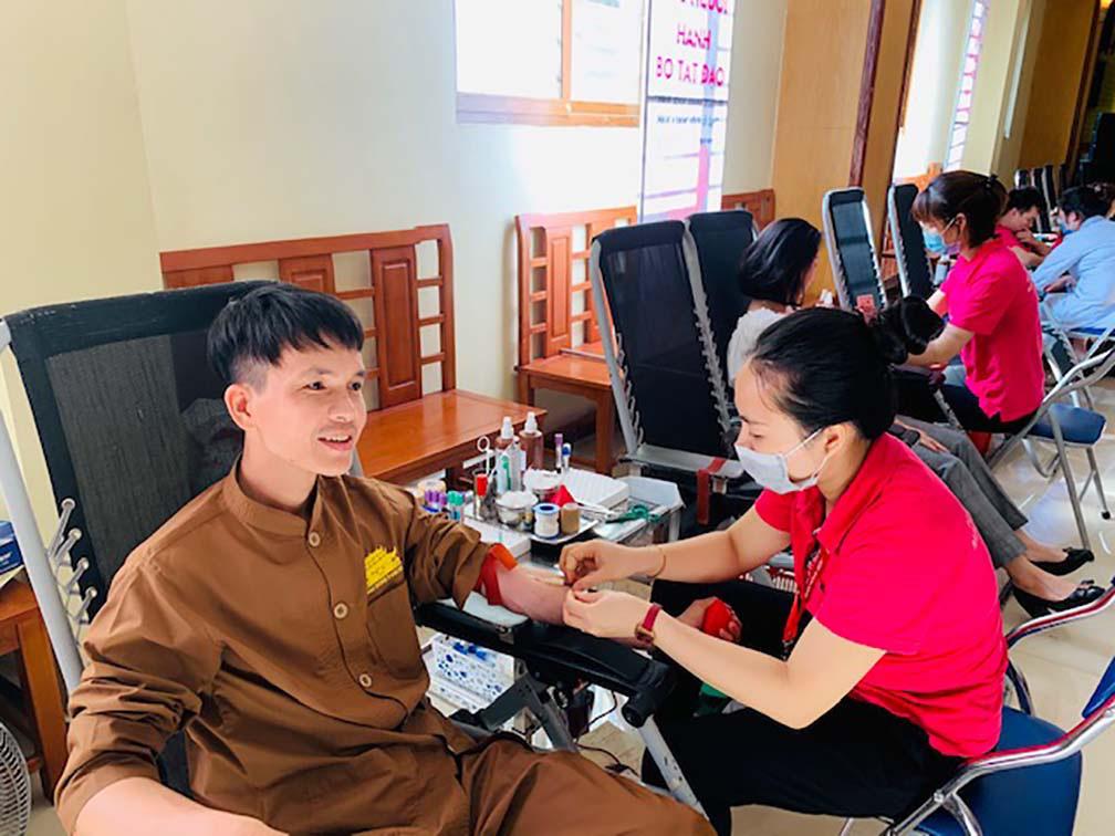 Hàng trăm Tăng, Ni, Phật tử tham gia ngày hội hiến máu cứu người  - Ảnh 6.