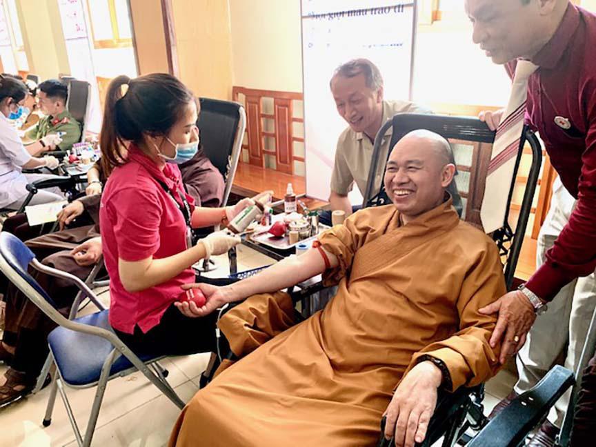 Hàng trăm Tăng, Ni, Phật tử tham gia ngày hội hiến máu cứu người  - Ảnh 3.