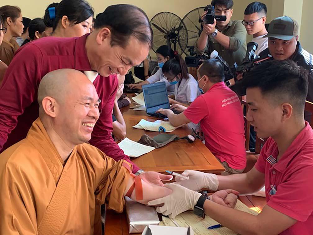 Hàng trăm Tăng, Ni, Phật tử tham gia ngày hội hiến máu cứu người  - Ảnh 2.