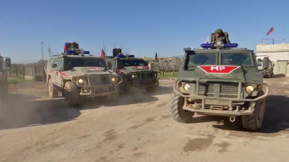 Binh lính Nga, Mỹ chạm trán, rượt đuổi nhau ở đông bắc Syria - Ảnh 1.
