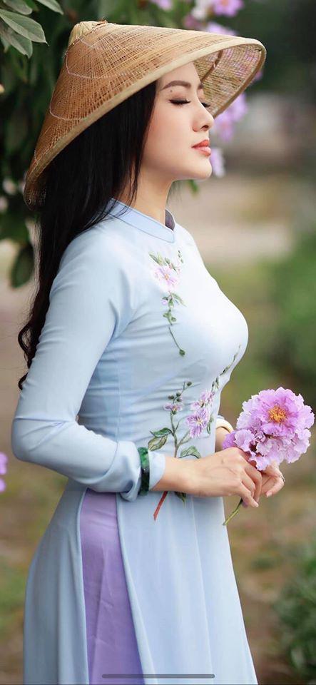 """BTV Hoài Anh gây """"sốt"""" vì mặc áo dài tím biếc khoe sắc bên hoa sen - Ảnh 6."""