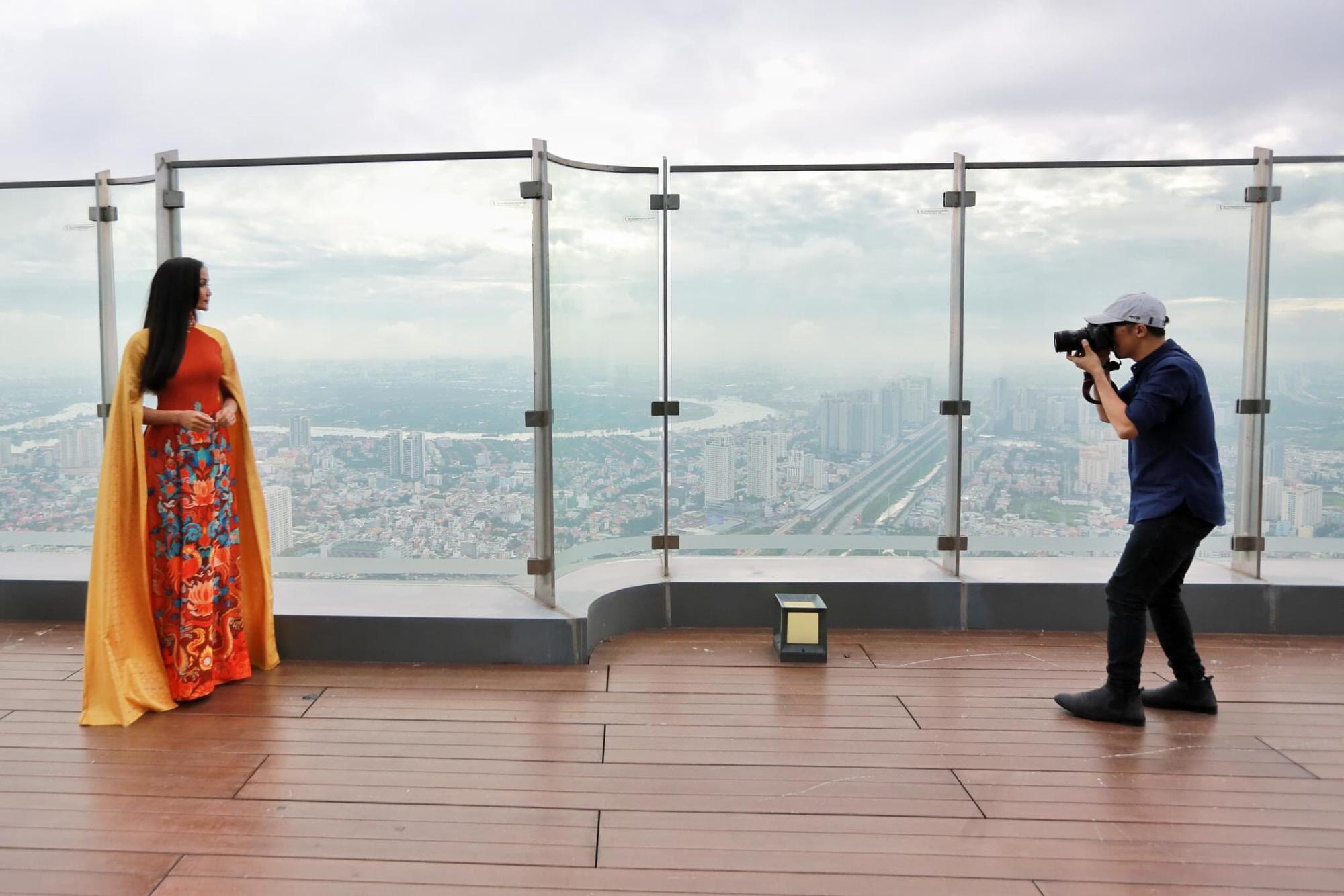 Hoa hậu H'Hen Niê diện áo dài, quảng bá du lịch trên tòa nhà cao nhất Việt Nam - Ảnh 3.