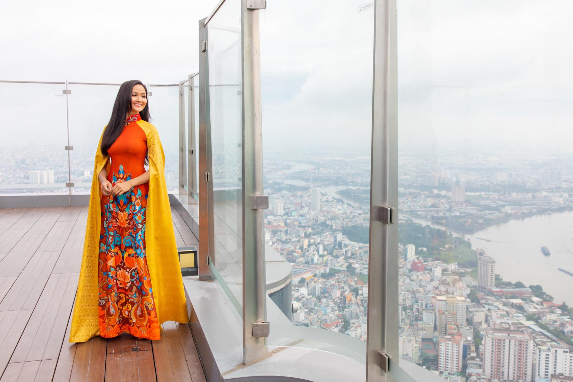 Hoa hậu H'Hen Niê diện áo dài, quảng bá du lịch trên tòa nhà cao nhất Việt Nam - Ảnh 5.