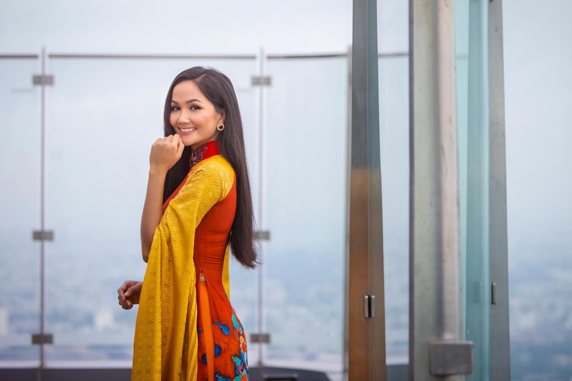 Hoa hậu H'Hen Niê diện áo dài, quảng bá du lịch trên tòa nhà cao nhất Việt Nam - Ảnh 4.