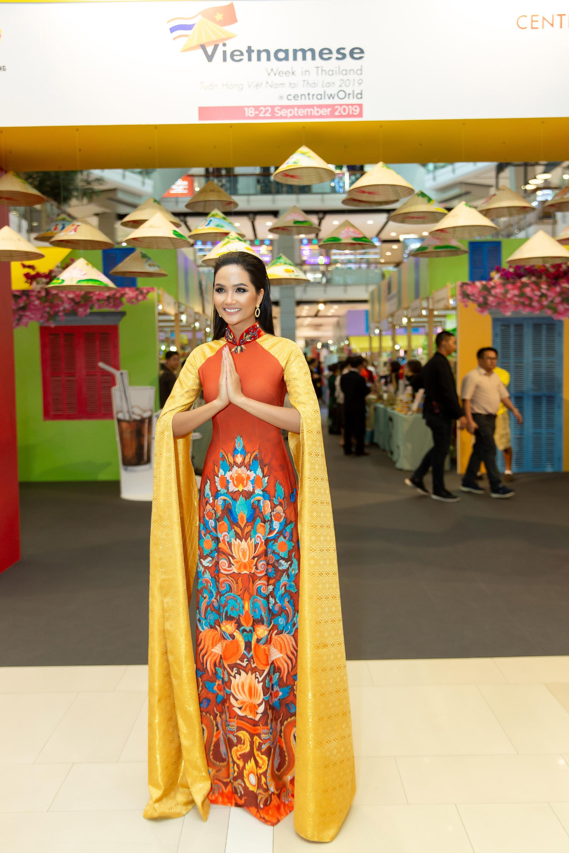 Hoa hậu H'Hen Niê diện áo dài, quảng bá du lịch trên tòa nhà cao nhất Việt Nam - Ảnh 1.