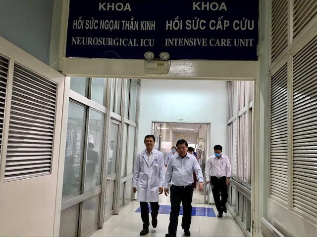 Chủ tịch UBND TP.HCM thăm bệnh nhân phi công 91: Cảm phục các y bác sĩ - Ảnh 3.
