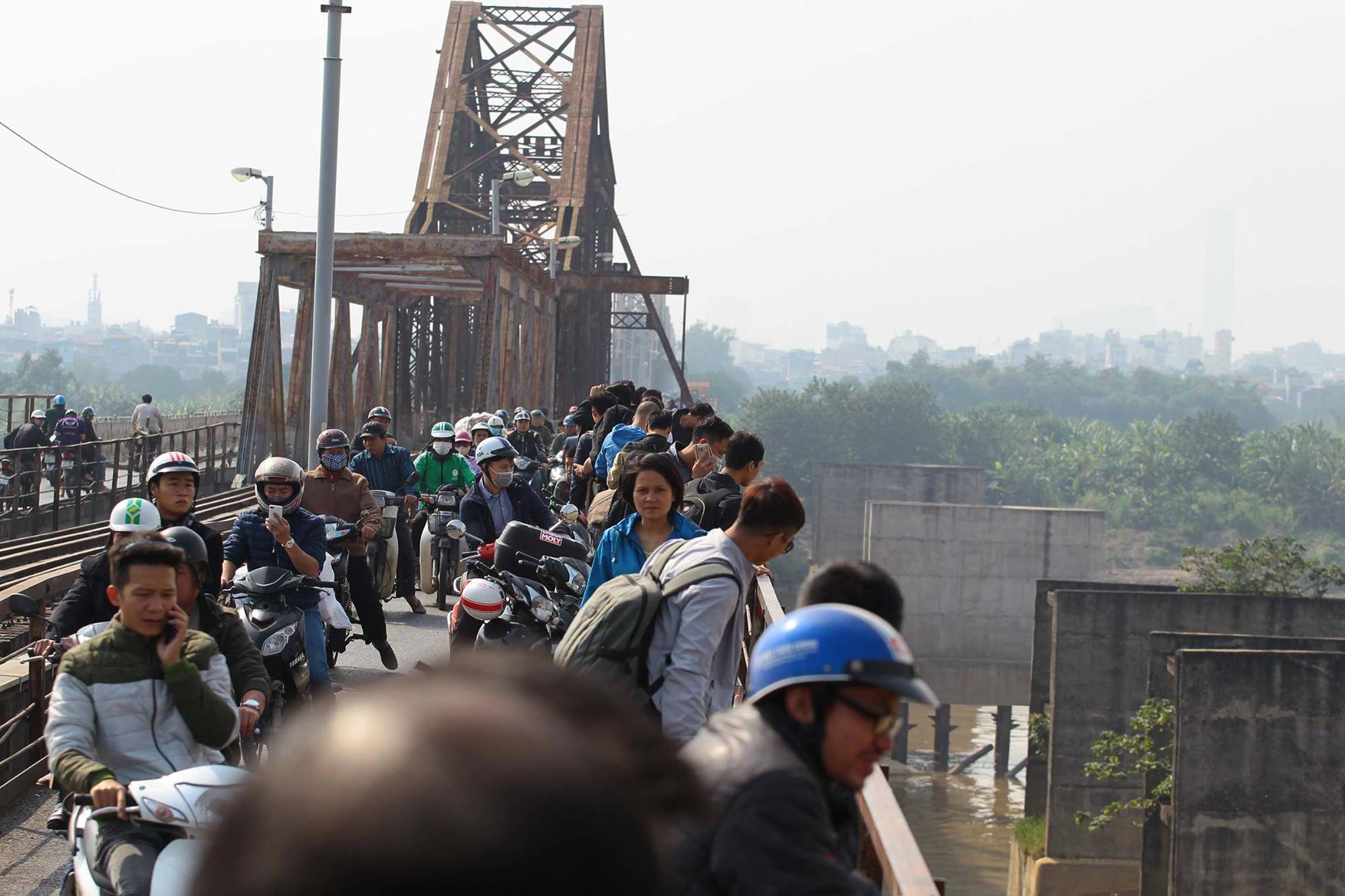 Hà Nội: Hoảng hồn phát hiện quả bom 280kg gần cầu Long Biên  - Ảnh 2.