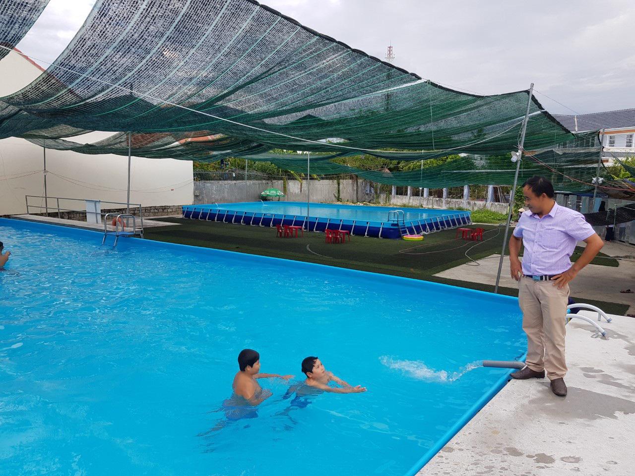 Thầy giáo đầu tư hồ bơi cho học sinh vùng ven học bơi dịp hè - Ảnh 1.