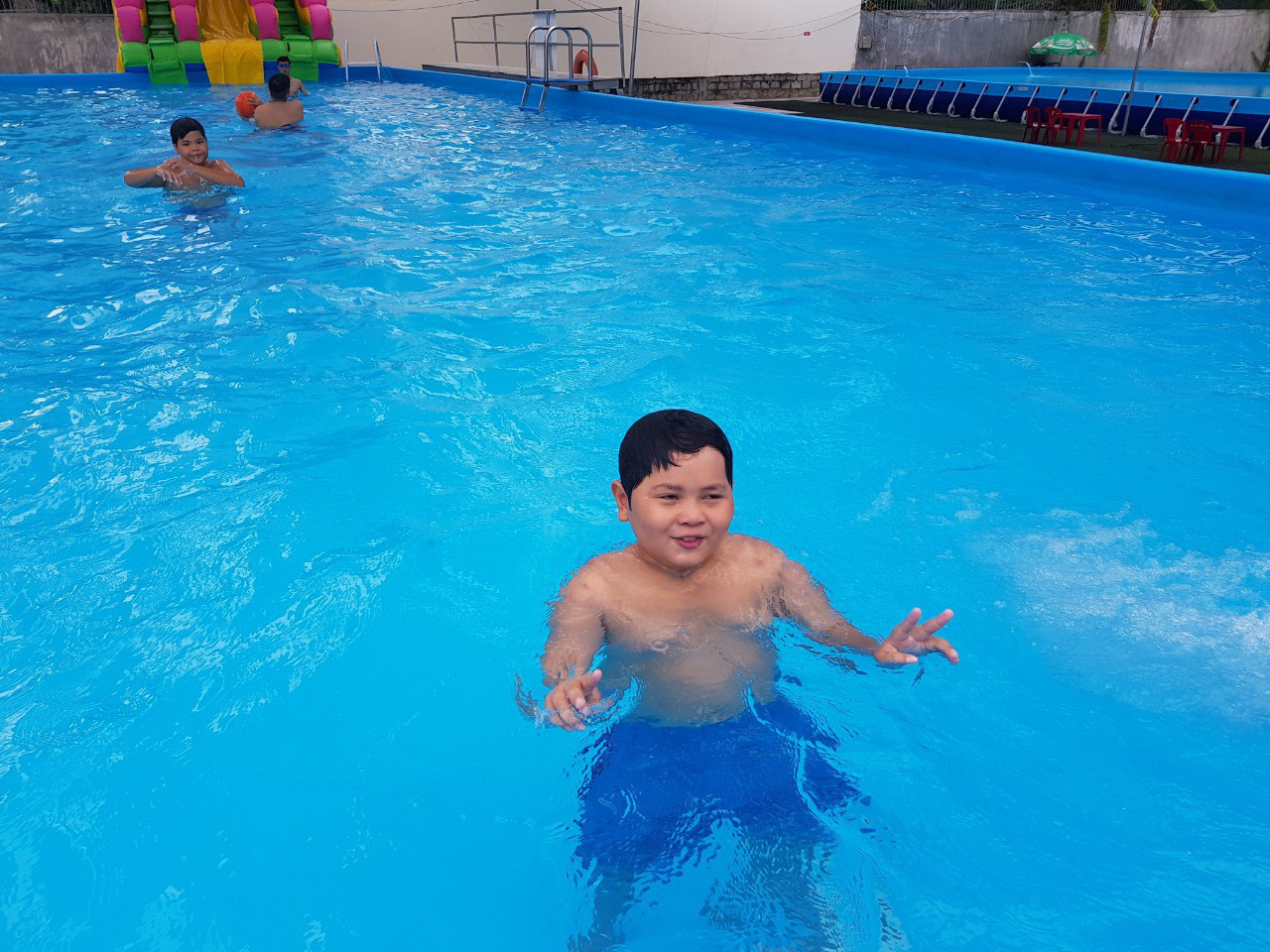 Thầy giáo đầu tư hồ bơi cho học sinh vùng ven học bơi dịp hè - Ảnh 2.